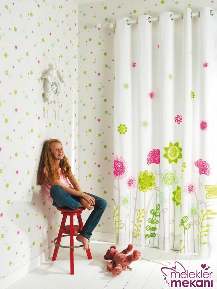 Çiçekli çocuk odası perde model tercihi ile genç odalarında bahar havasını estirebilirsiniz.