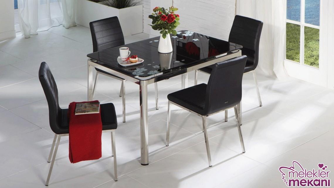 Koyu renk mutfak masa ve sandalye takımı ile siyahın asaletini mutfağınızda hissedebilirsiniz.