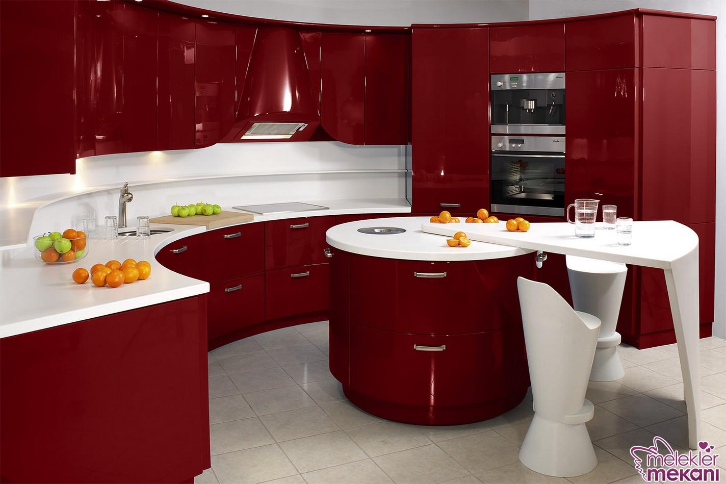 kırmızı beyaz mutfak dolapları ile mutfağınızda lükslük yakalayabilirsiniz