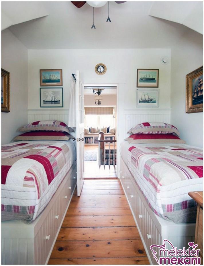 Küçük genç yatak odası dekorasyonu oluştururken iki yataklı dekoratif seçimlerden faydalanabilirsiniz.