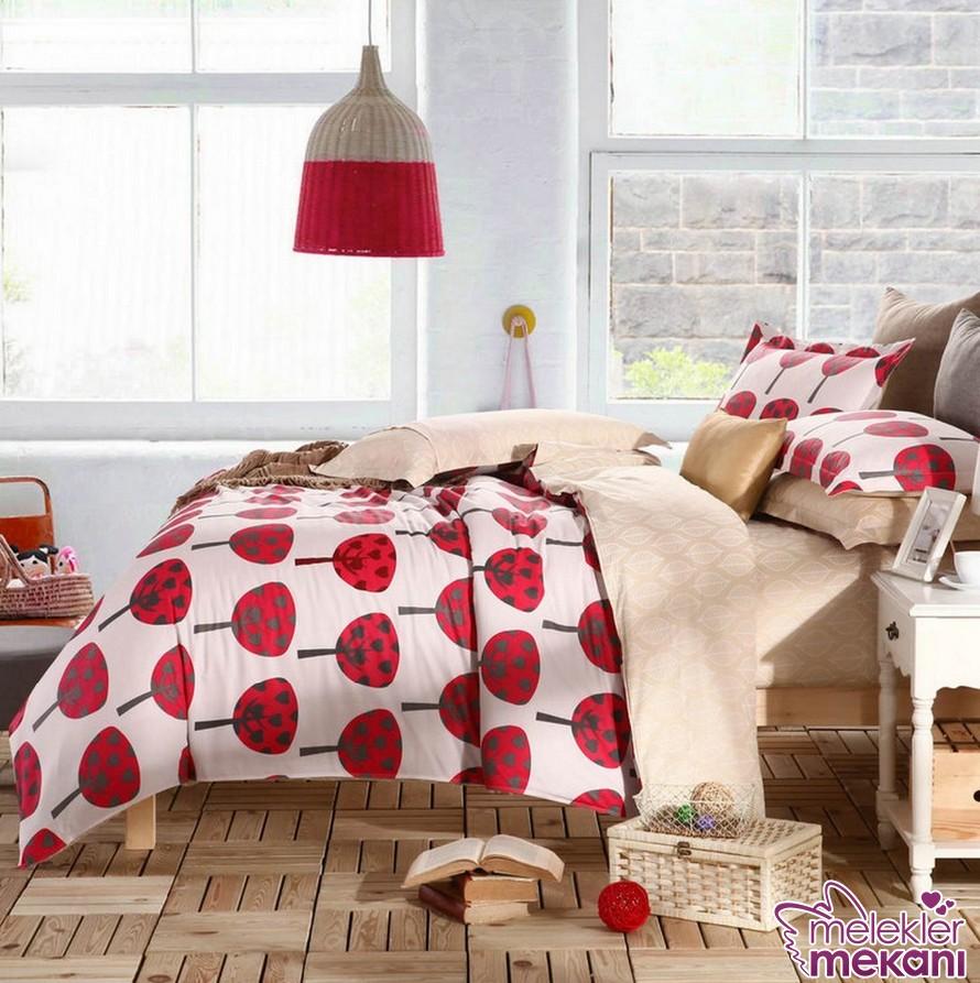 Yeni moda genç yatak örtüsü modeli ile kırmızının ahengini kız yatak odasında oluşturabilirsiniz.