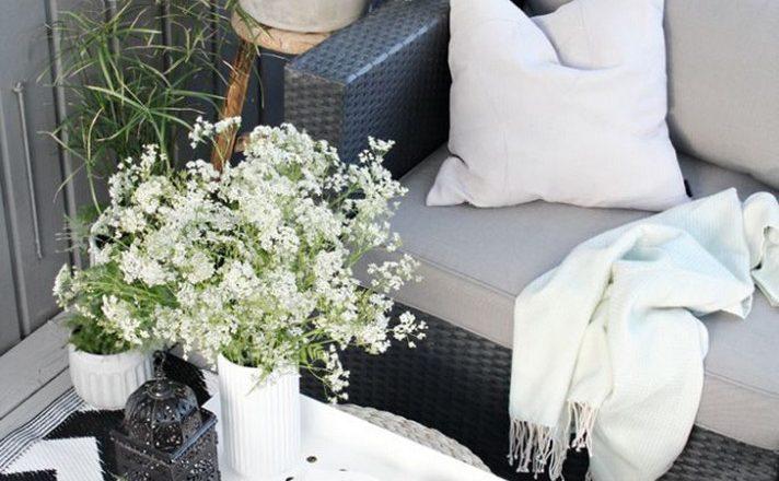 Çiçekli siyah beyaz küçük balkon dekorasyon fikirleri ile estetik görünüm elde edebilirsiniz.