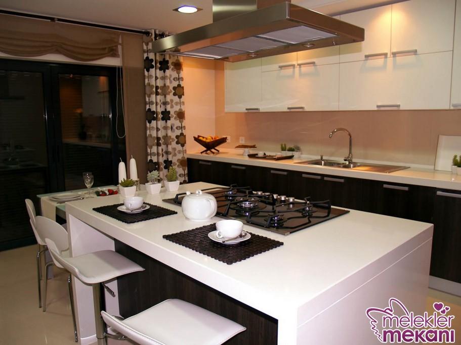 Beyaz renkli ada mutfak modelleri ile ferahlığı mutfağınızda hissedebilirsiniz.
