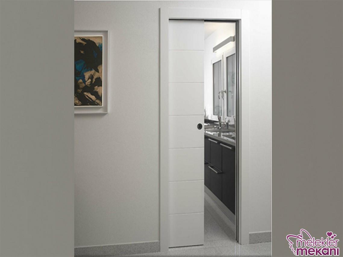 Beyaz sürgülü kapılar ile alandan tasarruf edebileceğiniz şık alanları evinize davet edebilirsiniz.