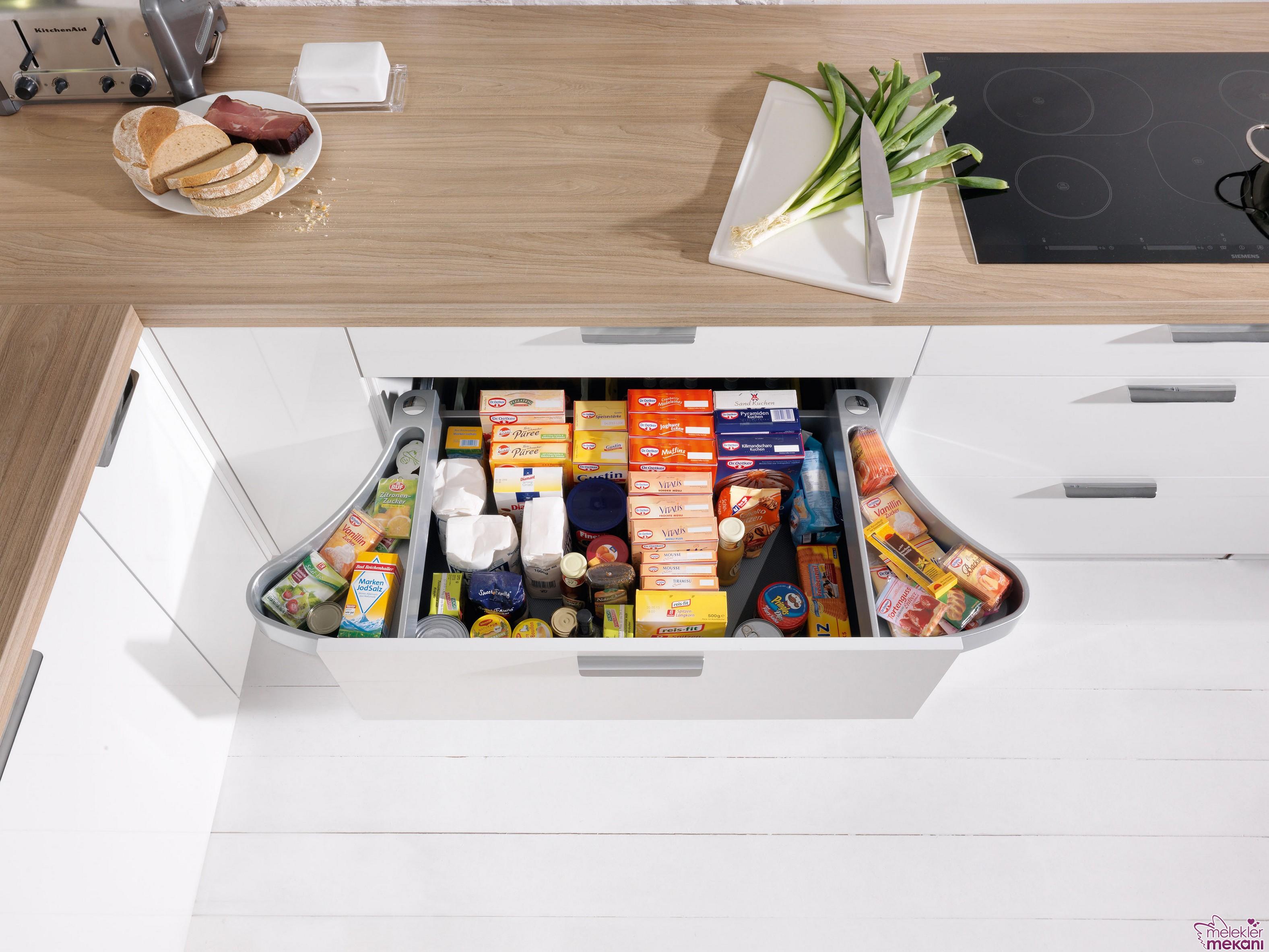 Geniş depolama alanı bulunan mutfak mobilyaları ile mutfağınızda hiçbir eşyanız ele ayağa takılmaz.