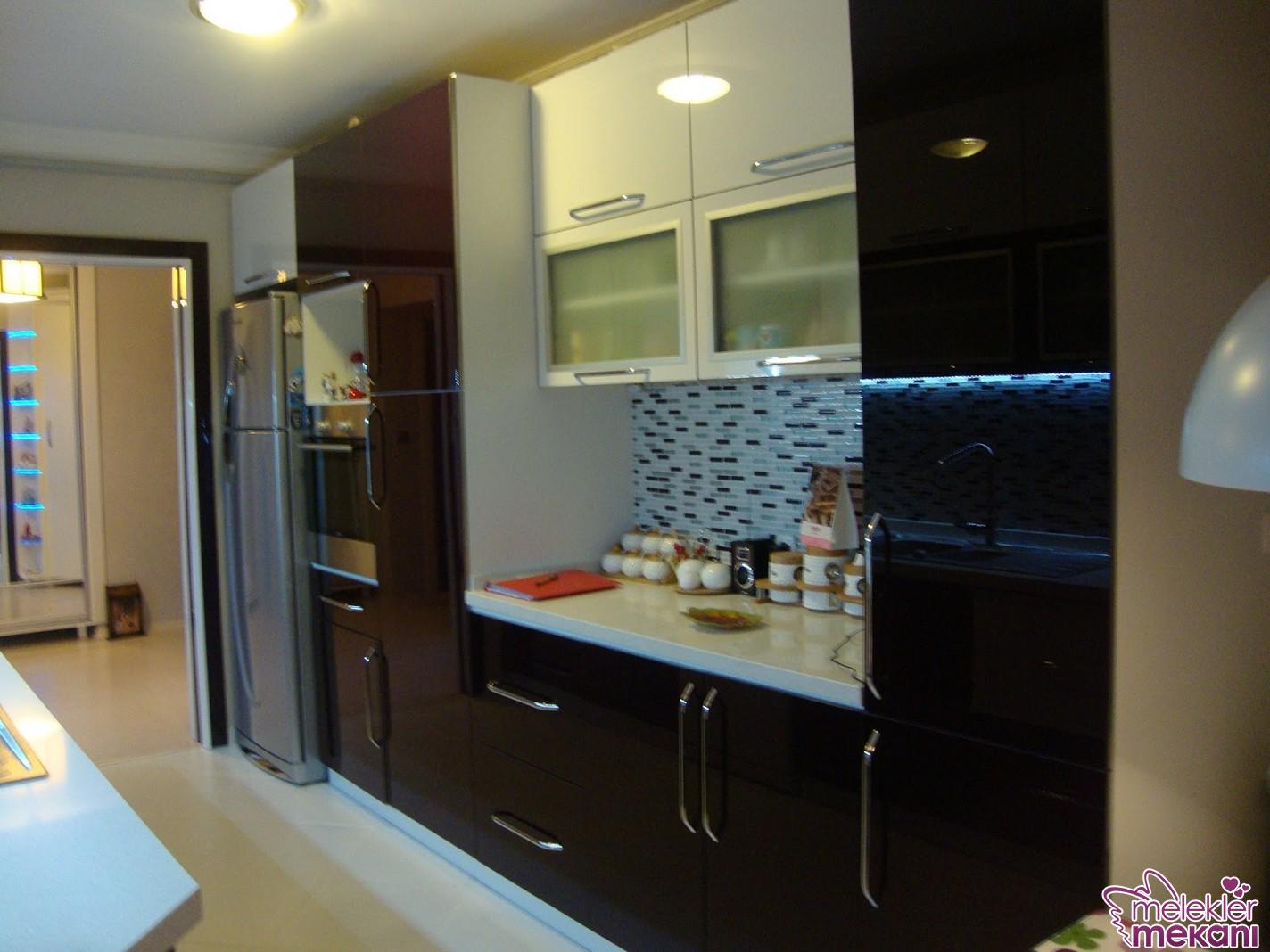 Ledli aydınlatma sistemlerini dolap altlarında kullanarak daha aydınlık görünümlü mutfaklara kavuşabilirsiniz.