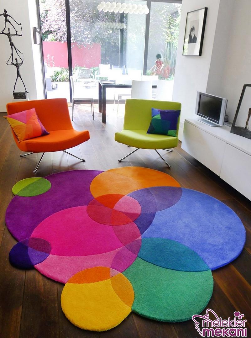 Renkli ev dekorasyonu tercihinizde rengarenk paspas ya da oturma sandalyelerinden faydalanabilirsiniz.