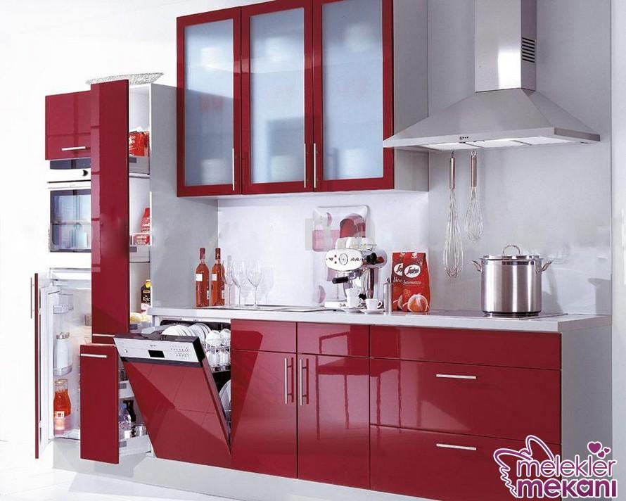 Yeni sezonda kırmızı küçük mutfak dolabı seçeneğinden faydalanarak mutfağınıza pratik çözümler bulabilirsiniz.