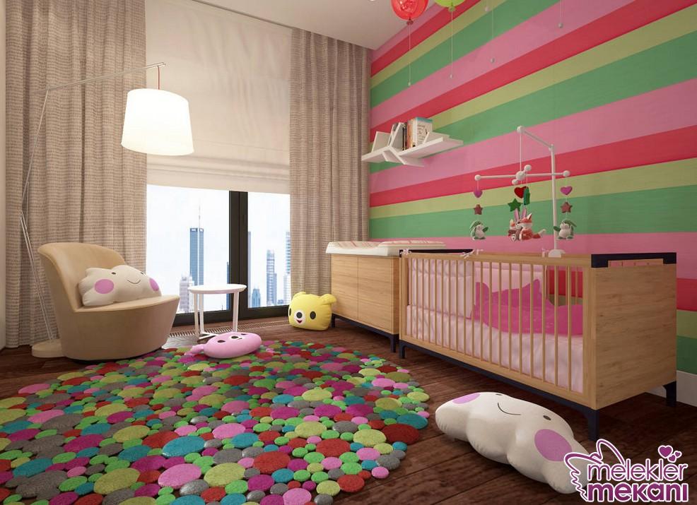 Renkli modern bebek odası dekorasyonu oluşturmak için farklı renkli duvar kağıtları ya da halı modellerinden faydalanabilirsiniz.