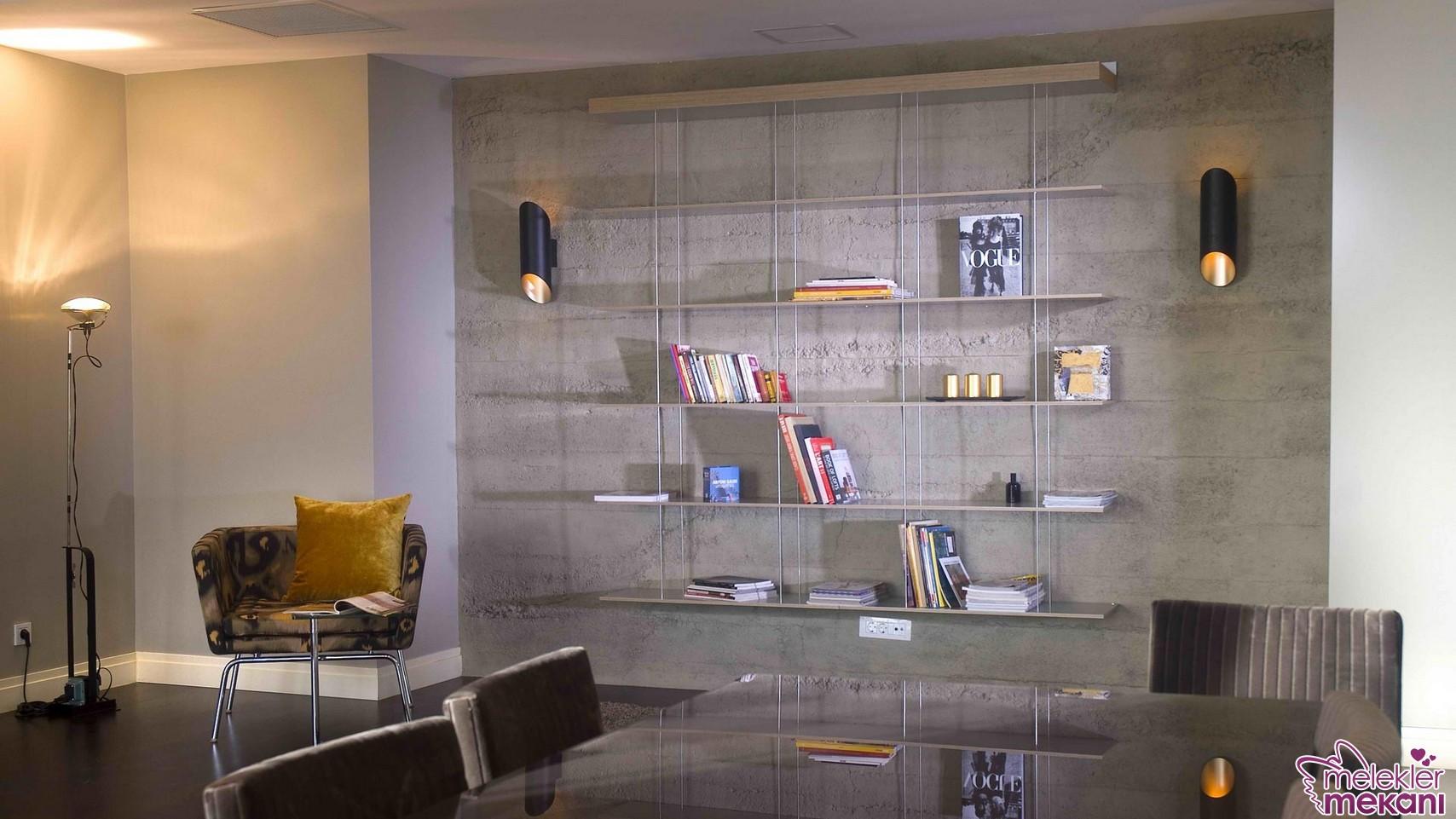 Dekoratif kitaplıklarda cam bölmeli modeller daha ferah bir görünüme yer açacaktır.