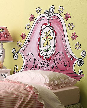 boya-kullanilarak-yatak-basi-yapimi-duvar-boyasi-uygulama-pembe-cicekli.jpg
