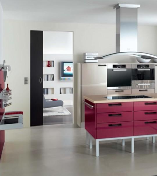 fuşya-renkli-şık-dolapları-ile-tasarlanmış-renkli-mutfak-dekorasyonu.jpg