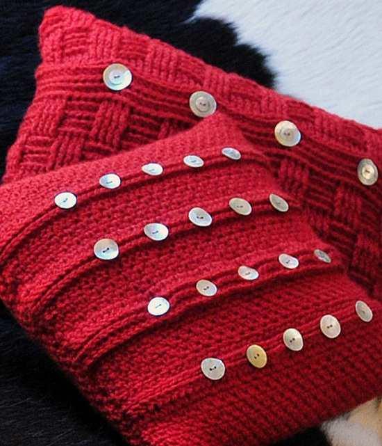 kırmızı-şiş-ile-örülmüş-sedef-düğmelerle-süslenmiş-dekoratif-yastık-2014.jpg