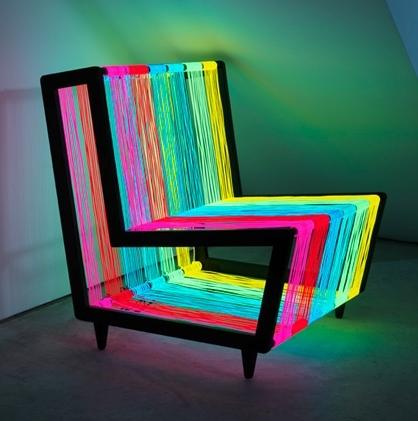 neon-renklerden-oluşan-iplerle-tasarlanmış-sıradışı-sandalye-modeli.jpg