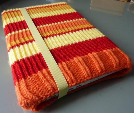 turuncu-renkli-kenari-lastikli-orgu-laptop-kilifi-modeli-jpg.48936,Örgü ,tığ işi birbirinden şık cep telefon kılıfları