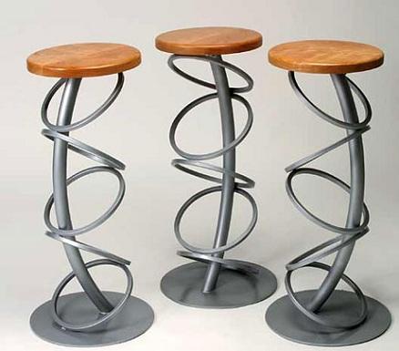 Yuvarlak-metal-formlu-ahşap-dekoratif-tabure-modeli.jpg