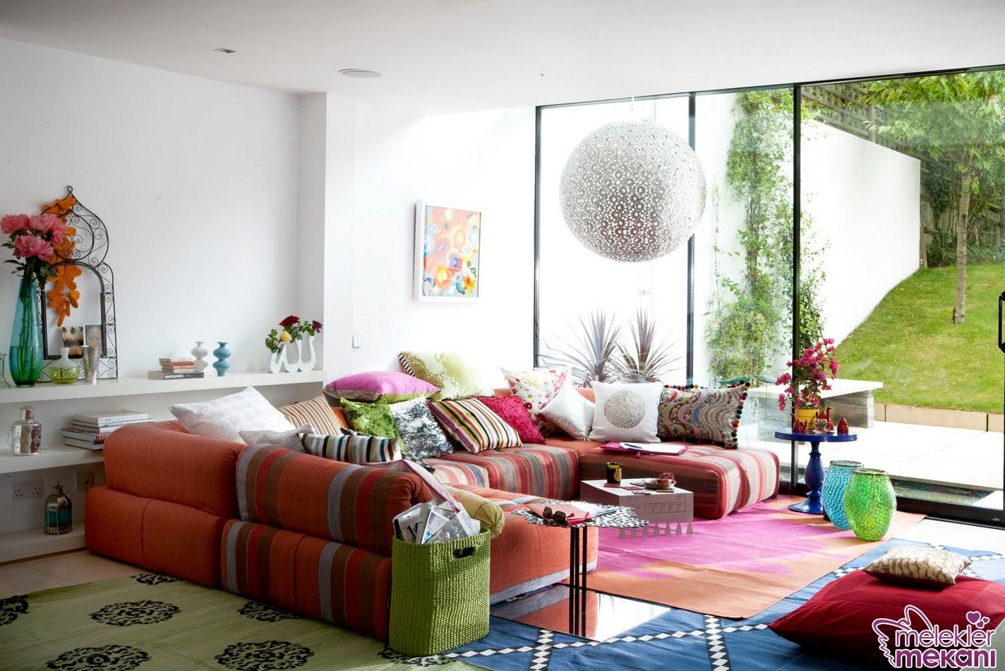 Farklı oda dekorasyonları için renkli kırlentlerden faydalanabilirsiniz.