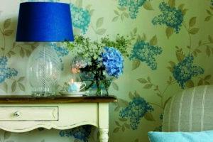 Mavi ve yeşil Laura Ashley duvar kağıtları ile evinizde huzura davetiye çıakrın.