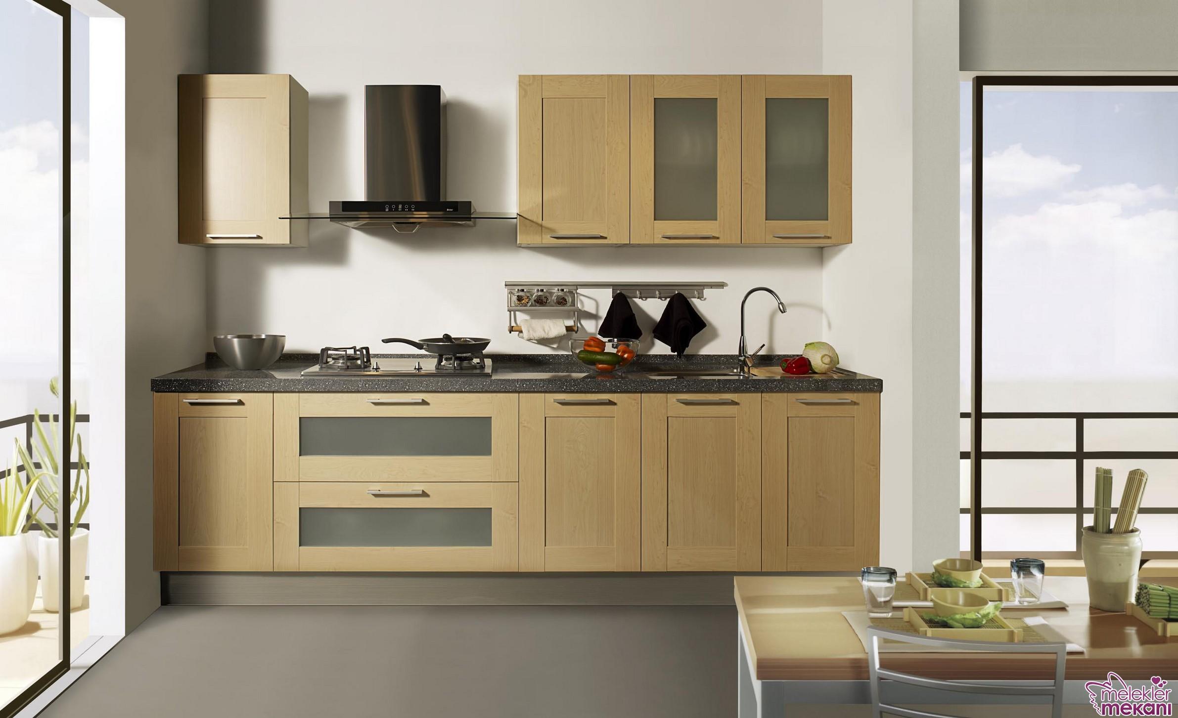 Açık renk ahşap mutfak dolapları tercihi ile özel ortamları mutfağınızda yakalayabilirsiniz.