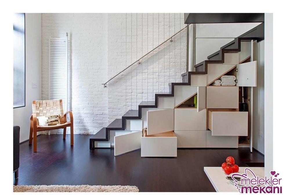 Farklı depolama alanları için merdiven altı dolap fikrinden faydalanabilirsiniz.