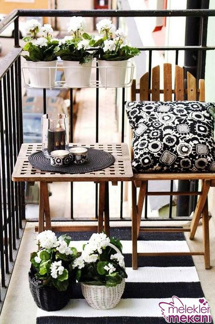 Siyah beyaz balkon dekorasyonu ile balkonlarınızda da estetiklik yakalamanız mümkün.