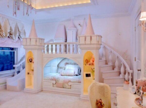 şahane bir biçimde tasarlanmış renkli figürlerle süslenmiş çocuk odası