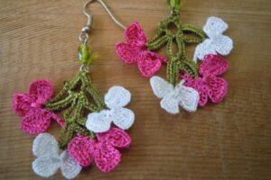 tığ işi örgüden çiçek motifinden küpe