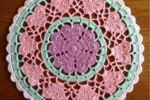 kalp ve çiçek motifi ile örülmüş renkli amerikan servisi