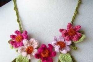 çiçek motifli örgü bayan kolye