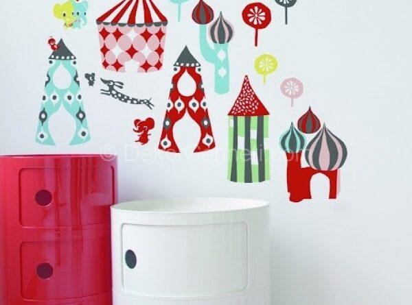 renkli figürlerle süslenmiş çocuk odası duvar dekorasyonu