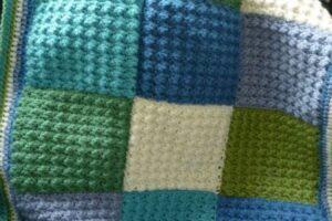 kare şeklinde el örgüsü yamadan battaniye yapımı
