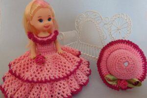 tığ işi örgüden oyuncak bebek elbisesi ve şapkası