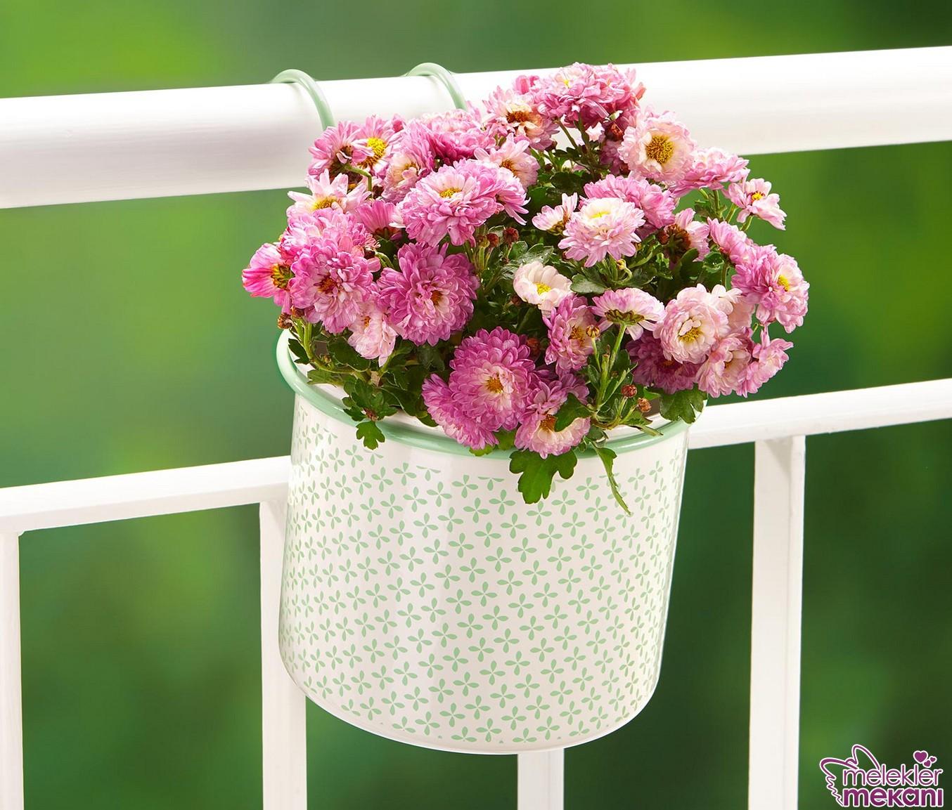 Askılı balkon saksıları sade balkon görünümü yakalamak isteyenlerin yardımcısı olabilecektir.