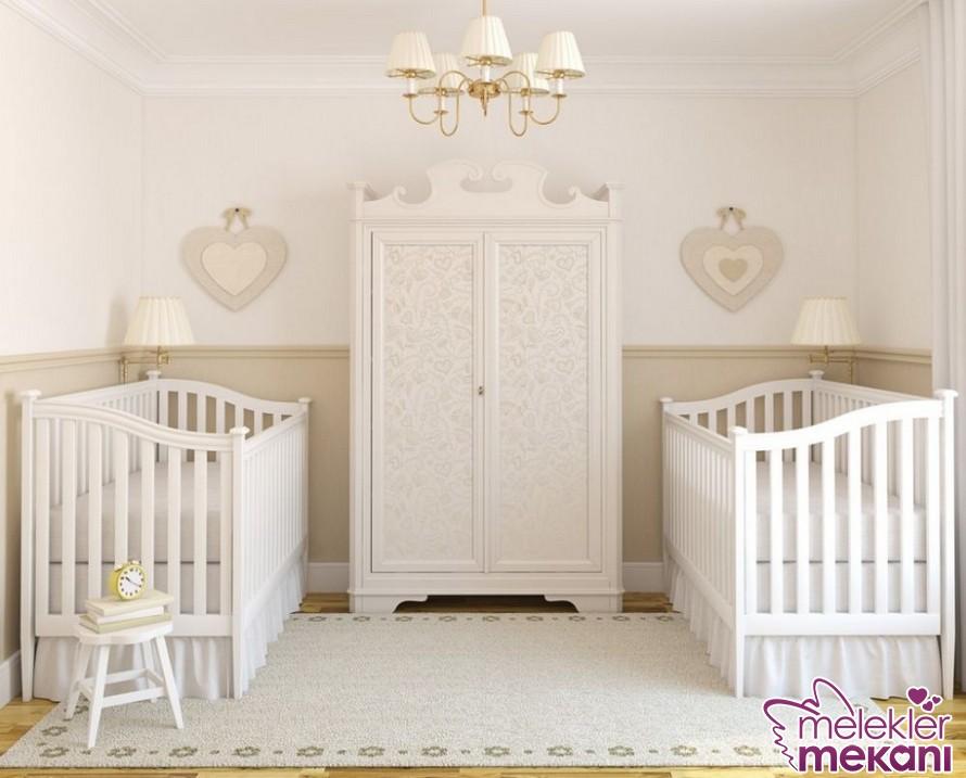 Beyaz ikiz bebek odası dekorasyonu ile sadeliği bebek odalarında yaşatabilirsiniz.