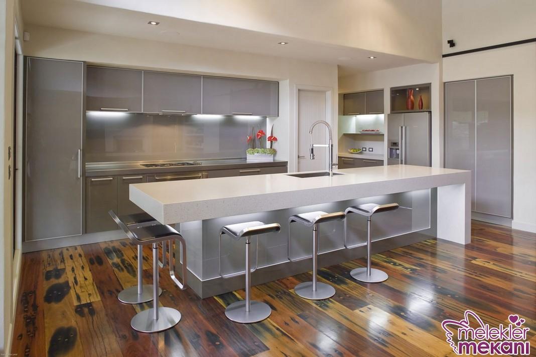 Metal döşemeli mutfak dekorasyonu yaparak mutfak dekorasyonunda ışıltıya yer açabilirsiniz.