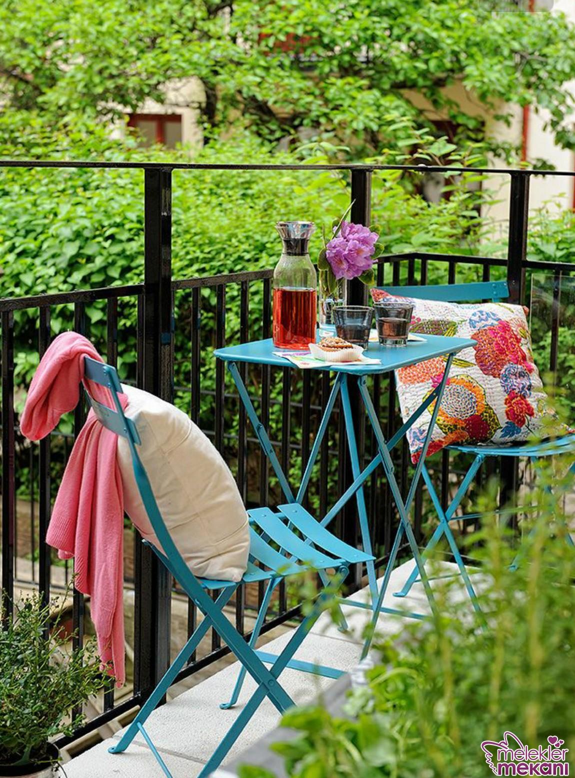 Balkon masa ve sandalyeleri ile misafir köşeleri hazırlayabilirsiniz.