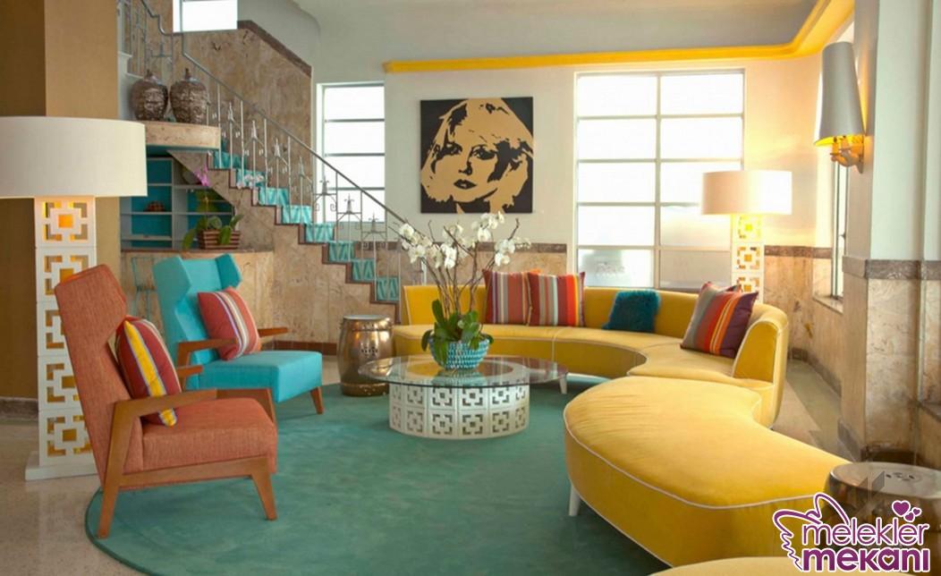 Renkli retro tarzı salon dekorasyonunda hardal rengi hoş bir tercih olabilir.