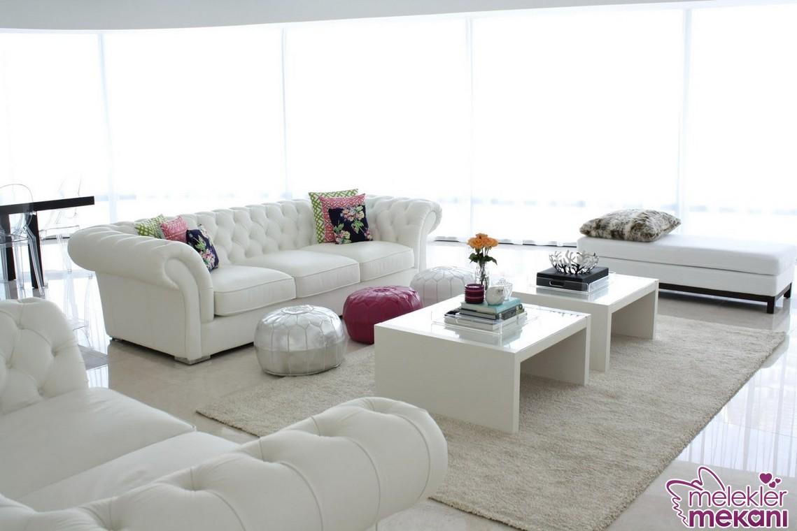 Beyaz geniş salon dekorasyon örneklerinde beyaz yeni sezon koltuk takımları çok işinize yarayacak tercihler olabilir.