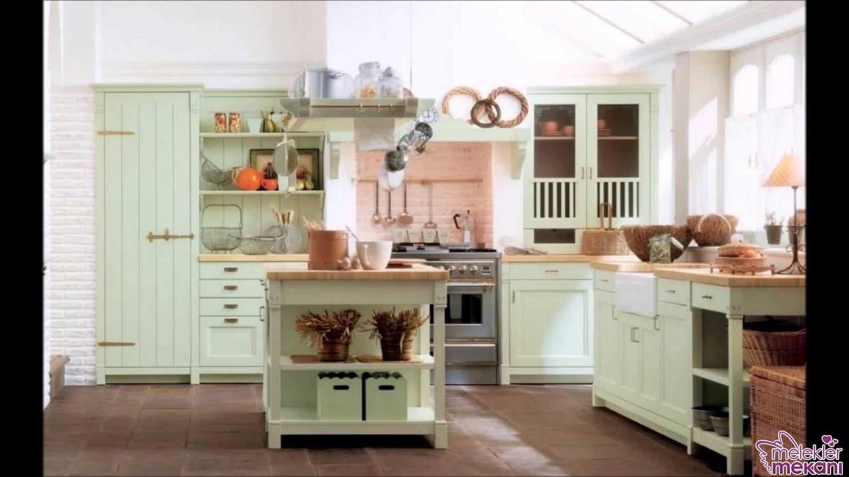 Eskitme görünümlü ahşap mutfak tasarımları yeni sezonda da moda.