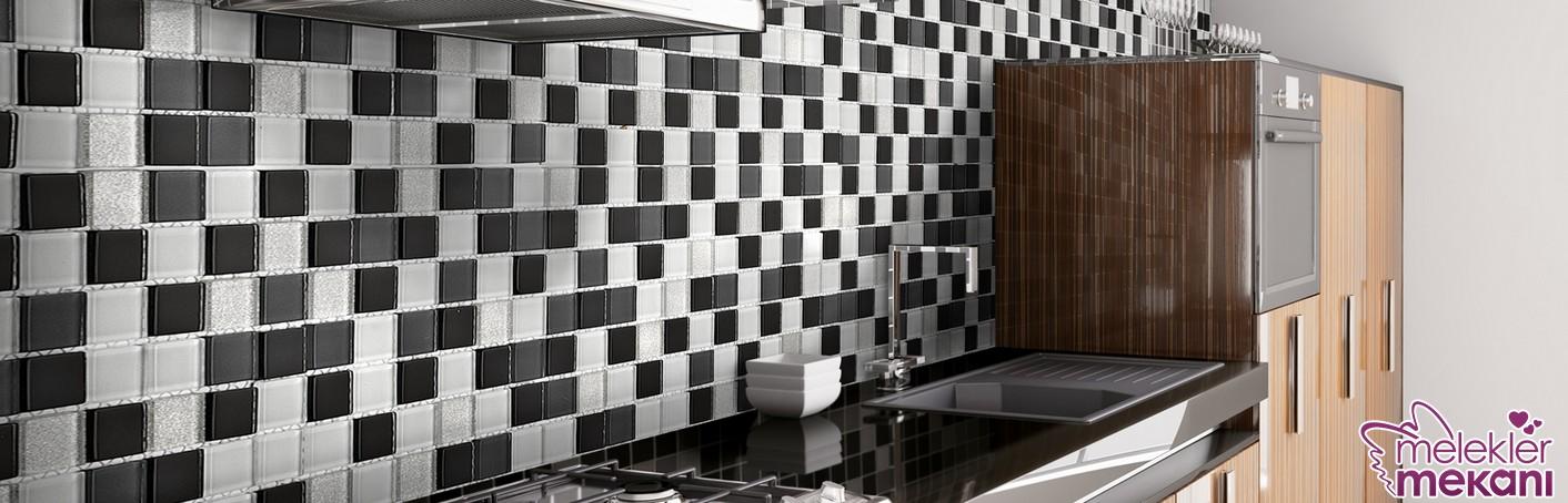 Tezgah arası cam mozaik fayanslar ile mutfaklarınız şık görünebilir.